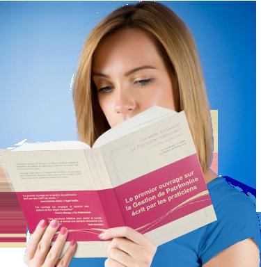 Femme lit ouvrage sur la gestion depatrimoine